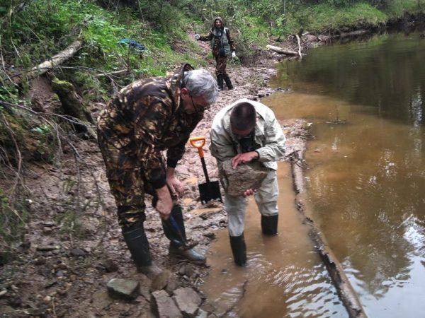 Игорь Новиков и Алексей Торопов рассматривают образец